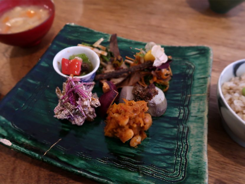ホーボー堂 ある日の「枝豆ご飯と野菜のおかずとみそ汁(1,000円)