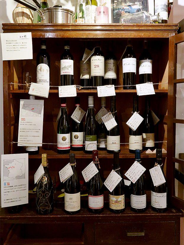 仔鹿店内 アンティーク家具に陳列されたワイン