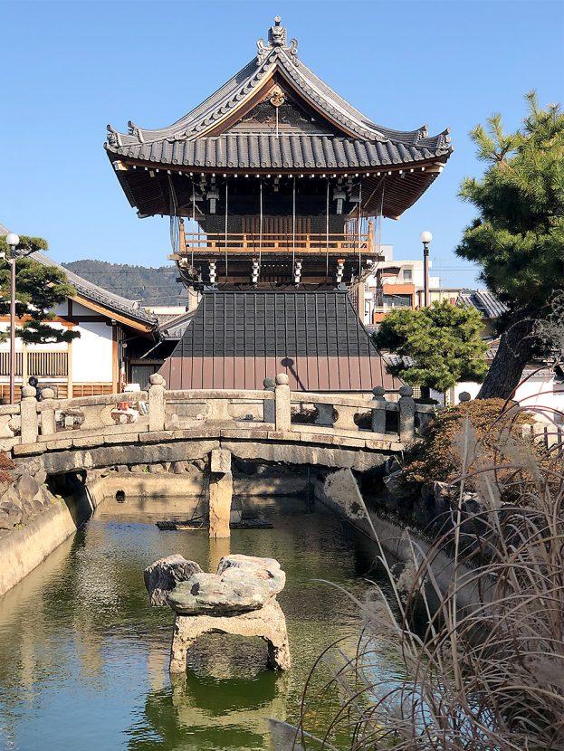 本山要法寺 池と鐘楼堂
