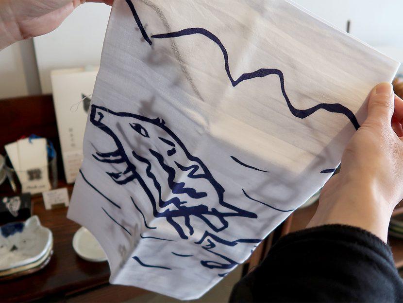 のわき 牧野伊三夫さんのイノシシの絵を染め抜くオリジナルの手ぬぐい