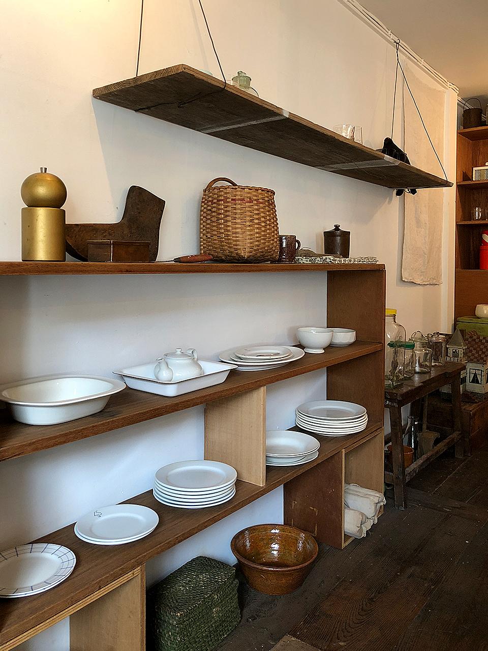 Soil 店内の棚に並ぶオールドアラビアの食器