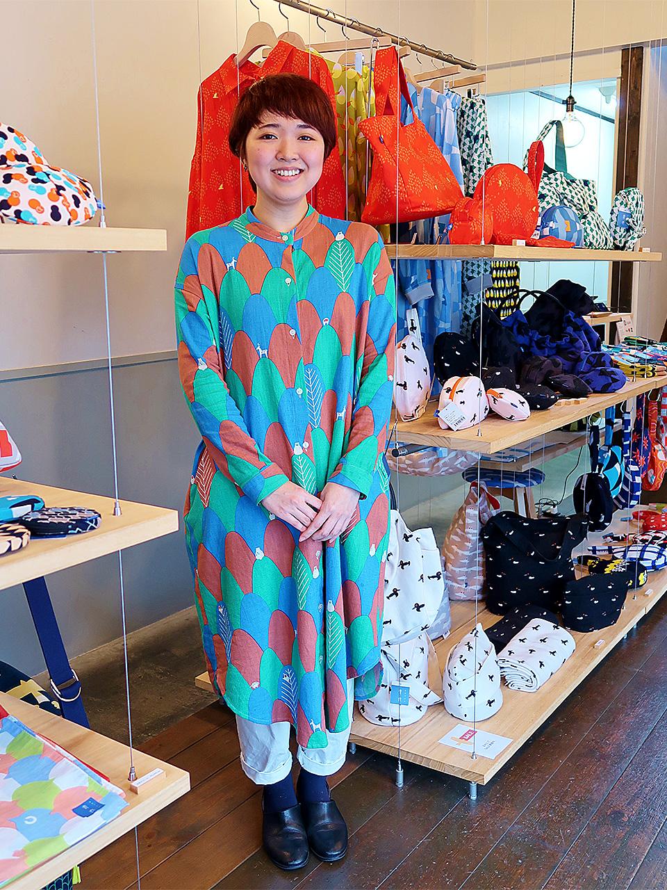 デザインを手掛ける後藤美由子さん。この日着用のシャツワンピースは「山々」
