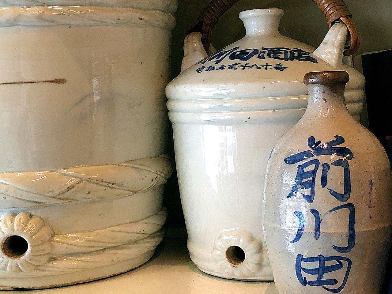 前川田酒店に残る昔の屋号入りの徳利