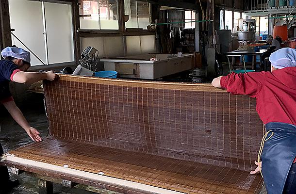 二人一組の漉き舟作業