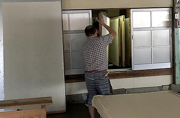 和紙を貼り付けた板を乾燥用の室に入れて乾燥